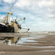 Kotter vastgelopen bij Petten © fotografiepetra